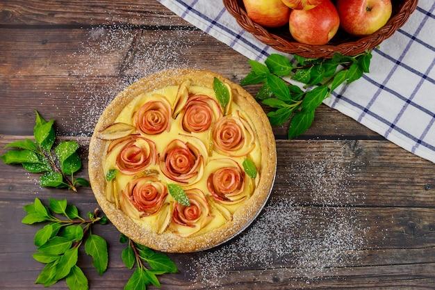Délicieuse tarte aux pommes sur fond de bois. jour de thanksgiving.