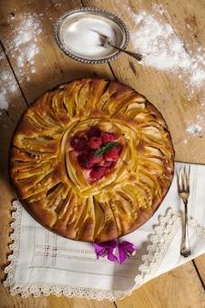 Délicieuse tarte aux pommes avec framboises fraîches