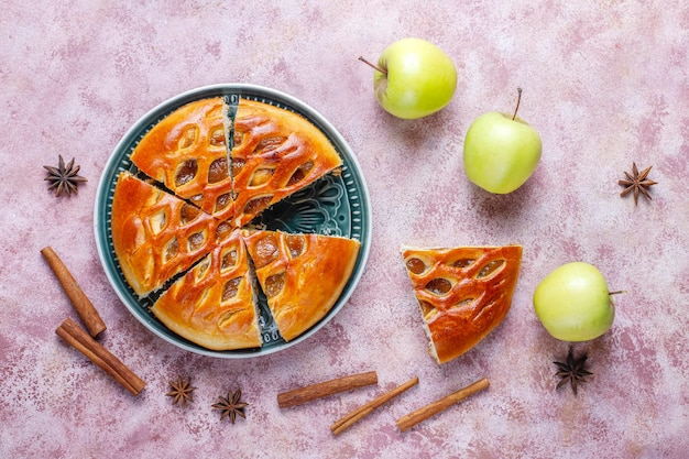 Délicieuse tarte aux pommes maison avec de la confiture.