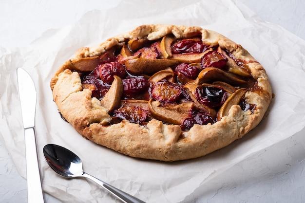 Délicieuse tarte aux prunes et aux poires