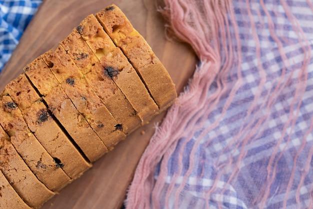Délicieuse tarte avec plusieurs ingrédients sur une planche à découper en bois