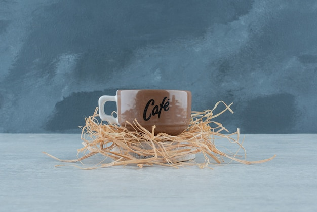 Une délicieuse tasse de café aromatique sur du foin. photo de haute qualité