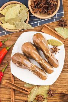 Délicieuse tête de canard épicée sur une assiette