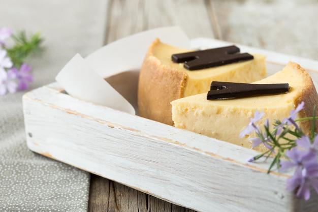 Délicieuse tranche de cheesecake. nourriture sucrée et savoureuse, concept de pause-café.