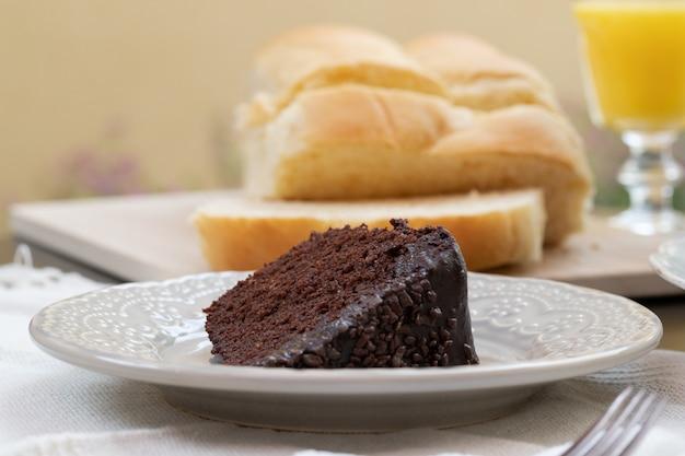 Délicieuse tranche de gâteau brigadeiro / chocolat sur la table du petit déjeuner