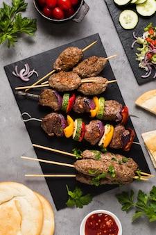 Délicieuse viande de restauration rapide arabe sur des brochettes haute vue