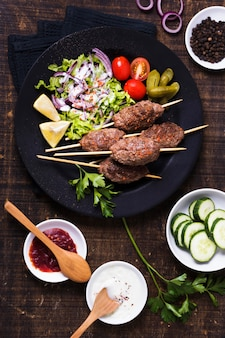 Délicieuse viande de restauration rapide arabe sur des brochettes vue de dessus