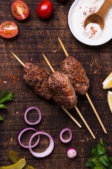 Délicieuse viande de restauration rapide arabe sur des brochettes