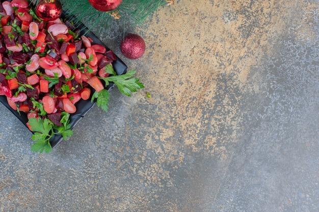 Délicieuse vinaigrette avec des boules de noël sur fond sombre. photo de haute qualité