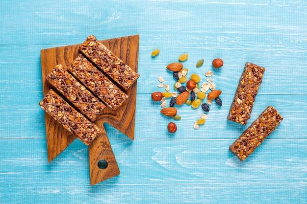 Délicieuses barres granola au chocolat, barres de muesli aux noix et fruits secs, vue de dessus