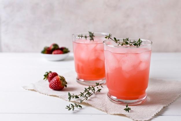 Délicieuses boissons alcoolisées aux fraises