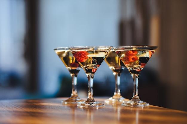 Délicieuses boissons avec des baies sur le comptoir