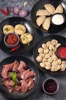 Délicieuses boulettes assorties avec des cerises à la viande manti la vue d'en haut