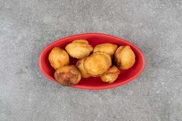 Délicieuses boulettes frites dans un bol rouge
