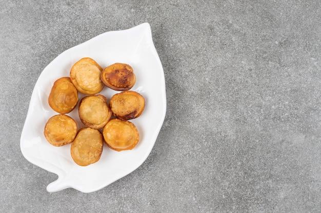 Délicieuses boulettes frites sur plaque blanche