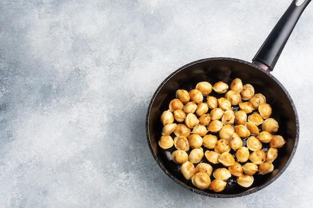 Délicieuses boulettes frites avec de la viande dans une poêle. copier la vue de dessus de l'espace