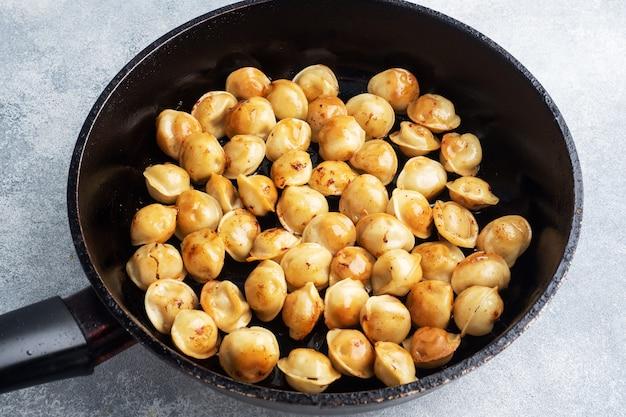 Délicieuses boulettes frites avec de la viande dans une poêle.