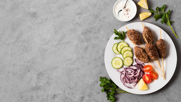 Délicieuses brochettes de restauration rapide arabe et légumes sur assiette