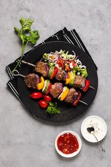 Délicieuses brochettes de restauration rapide arabe sur plaque noire