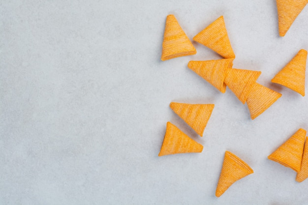 Délicieuses chips croquantes jaunes sur fond blanc. photo de haute qualité