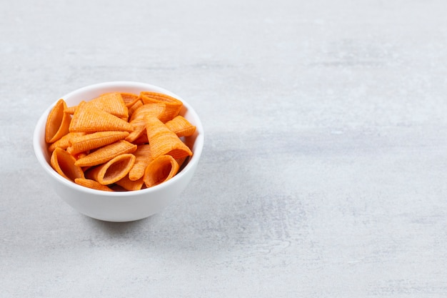 De délicieuses chips croustillantes dans un bol blanc.