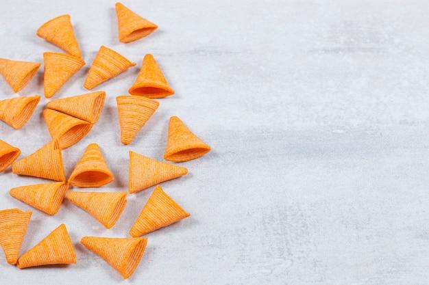 Délicieuses chips croustillantes sur pierre.
