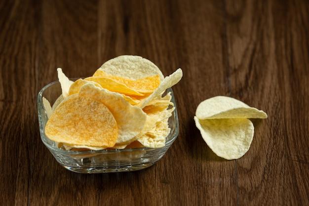 Délicieuses chips de patates douces dans un bol