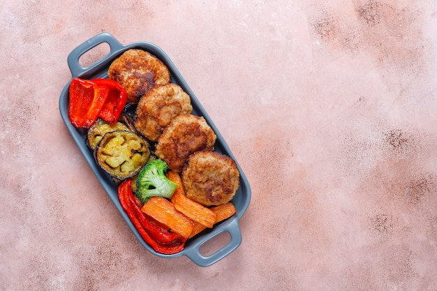 De délicieuses côtelettes faites maison avec des légumes rôtis.