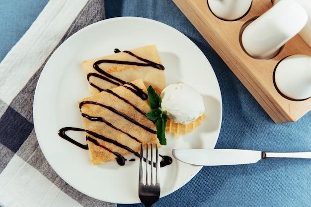Délicieuses crêpes au sirop de chocolat et crème glacée