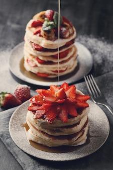 De délicieuses crêpes aux fruits et au miel