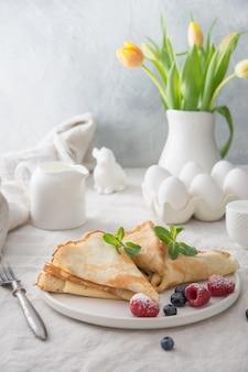 Délicieuses crêpes russes traditionnelles aux myrtilles. cuisine régionale.