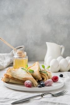 Délicieuses crêpes russes traditionnelles. cuisine régionale.