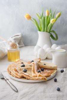Délicieuses crêpes russes traditionnelles avec du miel. printemps. shrovetide.