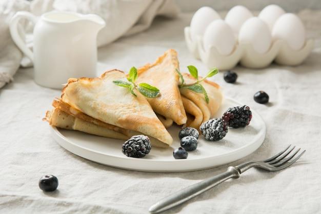 Délicieuses crêpes russes traditionnelles, lait. printemps. shrovetide.