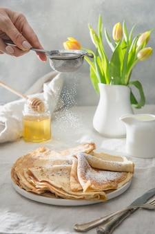 Délicieuses crêpes russes traditionnelles, miel. printemps. shrovetide.