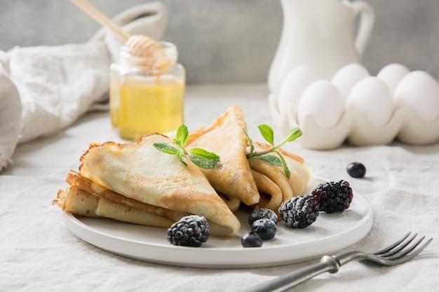 Délicieuses crêpes russes traditionnelles, miel.