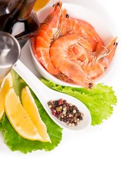 De délicieuses crevettes cuites fraîches préparées à manger de près