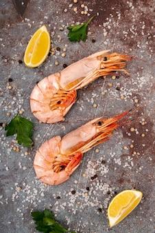 Délicieuses crevettes fraîches en plat