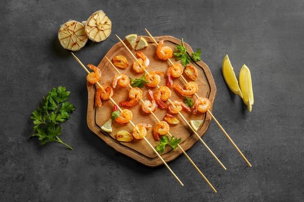 Délicieuses crevettes frites à l'ail sur planche de bois, vue de dessus