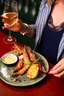 De délicieuses crevettes langoustines au restaurant sur une table en bois de délicieux fruits de mer avec du vin au menu du café
