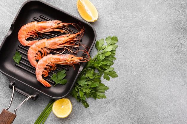 Délicieuses crevettes sur le plat avec des condiments