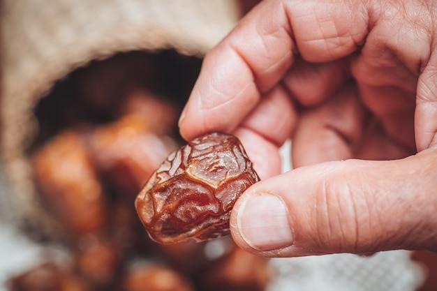 Délicieuses dattes sukkari fraîches et sucrées