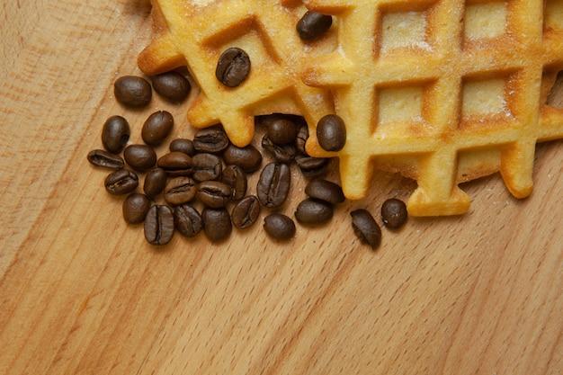 Délicieuses gaufres belges, café au grain sur un fond en bois, espace copie