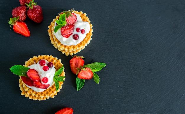 Délicieuses gaufres belges croustillantes à la crème fouettée et aux fraises