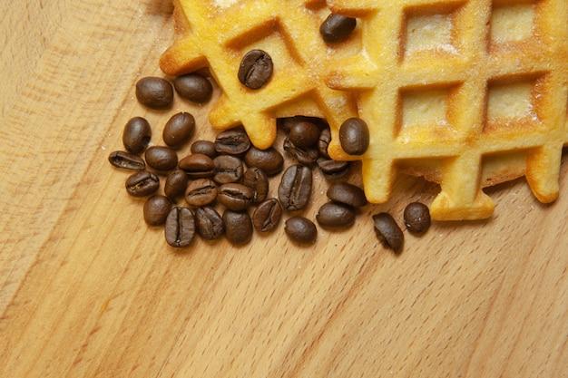 Délicieuses gaufrettes viennoises fraîches, café au grain sur un fond en bois, espace copie