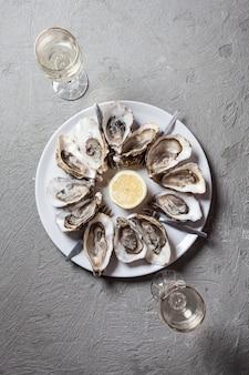 De délicieuses huîtres avec une tranche de citron, vue de dessus avec place pour le texte