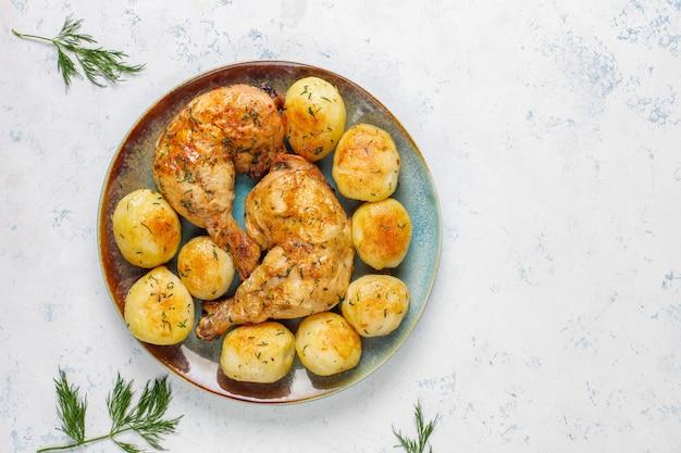 Délicieuses jeunes pommes de terre rôties à l'aneth et au poulet, vue du dessus