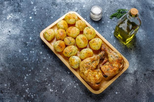 Délicieuses jeunes pommes de terre rôties à l'aneth et poulet, vue du dessus
