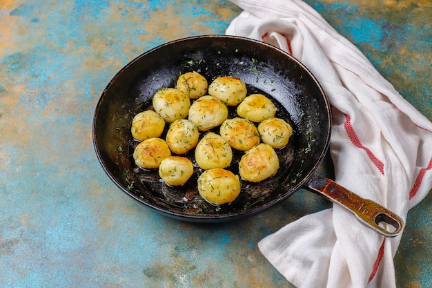 De délicieuses jeunes pommes de terre rôties à l'aneth, vue du dessus