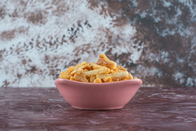 De délicieuses miettes de pain dans un bol sur du marbre.